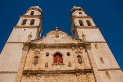 San Francisco de Campeche, Mexiko Kathedrale in Campeche auf einem Hintergrund des blauen Himmels stockbild