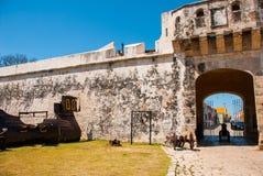San Francisco de Campeche, Mexiko: Piratenschiff und -glocke am Eingang zur Festung Landtor Puerta de Tierra lizenzfreies stockfoto