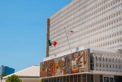 San Francisco de Campeche, Mexiko: Regierungsgebäude, auf deren Fassade ein Mosaik und die Flagge von Mexiko ist stockfotografie