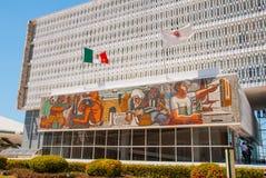 San Francisco de Campeche, Mexiko: Regierungsgebäude, auf deren Fassade ein Mosaik und die Flagge von Mexiko ist stockfotos