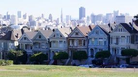 SAN FRANCISCO, de V.S. - 5 OKTOBER, 2014: Geschilderde Dames met SF-horizon op de achtergrond zoals die van Alamo Vierkant wordt  royalty-vrije stock foto's