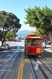 San Francisco: Die ikonenhafte Drahtseilbahn, die herauf Hyde Street reist lizenzfreies stockbild