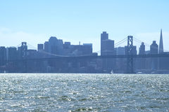 San Francisco do centro através de San Francisco Bay Fotografia de Stock