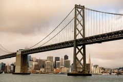 San Francisco Downtown City Skyline Under horisonten för fjärdbrostad royaltyfria foton