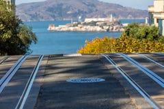 San Francisco-Drahtseilbahnbahnen und Alcatraz-Insel im Hintergrund Lizenzfreie Stockbilder