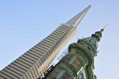 San Francisco drapacze chmur: Transamerica ostrosłup i Kolumb wierza Obrazy Royalty Free