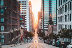 San Francisco du centre avec la rue de la Californie au lever de soleil, San Francisco, la Californie, Etats-Unis photos libres de droits