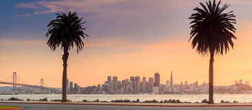 San Francisco e a baía constroem uma ponte sobre tomado da ilha do tesouro Fotografia de Stock Royalty Free