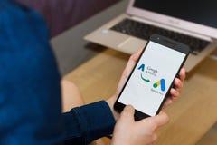SAN FRANCISCO, E.U. - 22 de abril de 2019: Fim até as mãos fêmeas que guardam o smartphone que muda adwords ao serviço de Google  imagens de stock royalty free