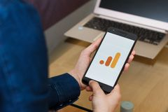 SAN FRANCISCO, E.U. - 22 de abril de 2019: Fim até as mãos fêmeas que guardam o smartphone usando a aplicação de Google Analytics fotos de stock royalty free