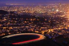 San Francisco efter solnedgång. Sikt från tvilling- maxima. Arkivbild
