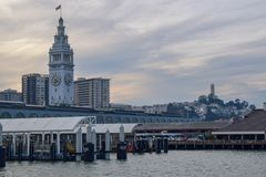 San Francisco Embarcadero y torre de Coit foto de archivo