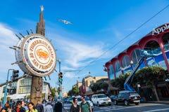 SAN FRANCISCO, ETATS-UNIS - 21 NOVEMBRE 2015 : Le quai de Fishermans est endroit attrayant célèbre Beaucoup de personnes de touri Photo stock