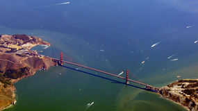 SAN FRANCISCO, Etats-Unis - 4 octobre 2014 : une vue aérienne de golden gate bridge et de sf du centre, prise d'un avion Photos stock