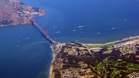 SAN FRANCISCO, Etats-Unis - 4 octobre 2014 : une vue aérienne de golden gate bridge et de sf du centre, prise d'un avion Images stock