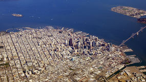SAN FRANCISCO, Etats-Unis - 4 octobre 2014 : une vue aérienne de golden gate bridge et de sf du centre, prise d'un avion Image libre de droits