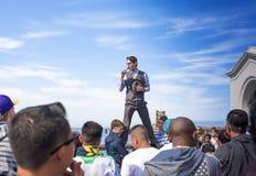 San-Francisco-förenade tillstånd, Juli 13, 2014: Positiv Caucasian manlig gatakonstnär Performing Outdoors Royaltyfri Bild