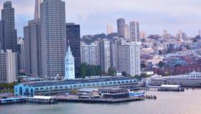 San Francisco Ferry Building con il centro finanziario di SF del centro Fotografie Stock