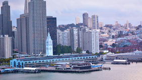 San Francisco Ferry Building med den i stadens centrum finansiella mitten för SF Arkivfoton