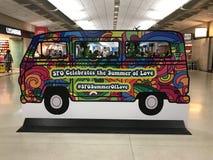 San Francisco flygplatsaffisch som firar den 50th årsdagen av `-sommar av förälskelse`, Arkivbilder