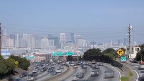 San Francisco Freeway con el fondo de la ciudad almacen de video
