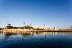 San Francisco Giants Stadium som beskådas från den McCovey liten vikfjärden fotografering för bildbyråer