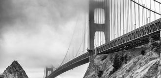 San Francisco Golden Gate Bridge em um dia nevoento imagens de stock royalty free