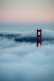San Francisco Golden Gate Bridge i dimma royaltyfria foton