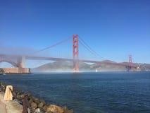 San Francisco Golden Gate Bridge matins brumeux après ressac photo stock