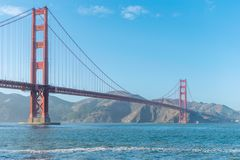 San Francisco Golden Gate Bridge mit Marin Headlands im Hintergrund stockfotos