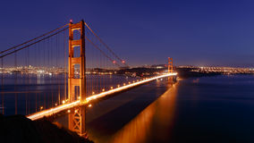 San Francisco Golden Gate Bridge och cityscape på natten Arkivbilder