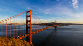 San Francisco Golden Gate Bridge och cityscape på solnedgången Royaltyfri Fotografi