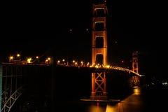 San Francisco - Golden gate bridge på liten på natten Arkivfoto