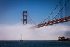 San Francisco Golden Gate Bridge que le brouillard roule dedans image stock