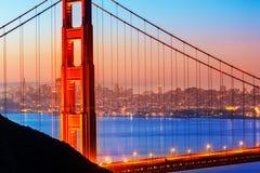 San Francisco Golden Gate Bridge soluppgång till och med kablar Arkivfoton