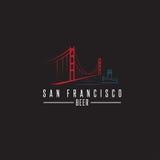 San Francisco Golden gate bridge z piwnymi butelkami i łodzią Fotografia Stock