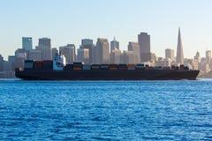 San Francisco horisont med handelsfartyget som kryssar omkring fjärden på Califor Royaltyfri Foto
