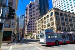 San Francisco i stadens centrum byggnader och spårvagn Kalifornien Arkivbild