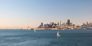 San Francisco i stadens centrum horisont från den Alcatraz ön Arkivfoton