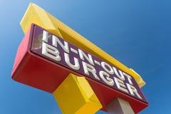SAN FRANCISCO, KALIFORNIA: Zakończenie w górę za hamburgerze podpisuje wewnątrz rybaka nabrzeże, artystyczny kąt Ten fast food obraz royalty free