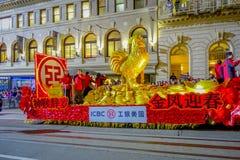 San Francisco Kalifornien - Februari 11, 2017: Kinesisk beröm för det nya året ståtar i den populära och färgrika kineskvarteret Arkivfoton