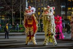 San Francisco Kalifornien - Februari 11, 2017: Kinesisk beröm för det nya året ståtar i den populära och färgrika kineskvarteret Royaltyfria Bilder