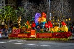 San Francisco Kalifornien - Februari 11, 2017: Kinesisk beröm för det nya året ståtar i den populära och färgrika kineskvarteret Arkivbild