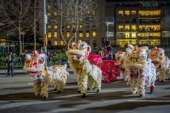 San Francisco Kalifornien - Februari 11, 2017: Kinesisk beröm för det nya året ståtar i den populära och färgrika kineskvarteret Royaltyfri Bild