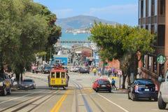 SAN FRANCISCO KALIFORNIEN - MAI 23, 2015: Sikt av Hyde Street i den norr riktningen Detta ger trevliga sikter till gatorna Arkivbild