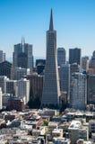 SAN FRANCISCO KALIFORNIEN - SEPTEMBER 9, 2015 - sikt från det Coit tornet av det finansiella området med den Transamerica pyramid royaltyfri fotografi