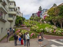 San Francisco Kalifornien, USA: Lombardgatan, den branta kullen, hårnål vänder royaltyfri fotografi