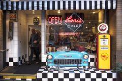 San Francisco, la Californie, Etats-Unis - vers 2016 - client laissant le wagon-restaurant du ` s de Lori sur la rue San Francisc photographie stock
