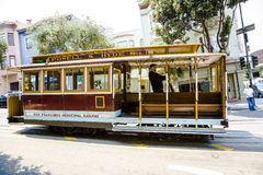 Teleférico famoso en San Francisco con el conductor Imágenes de archivo libres de regalías