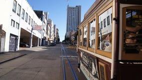 SAN FRANCISCO, los E.E.U.U. - 5 de octubre de 2014: montar un teleférico de la calle, modo icónico de transporte en California Fotografía de archivo libre de regalías